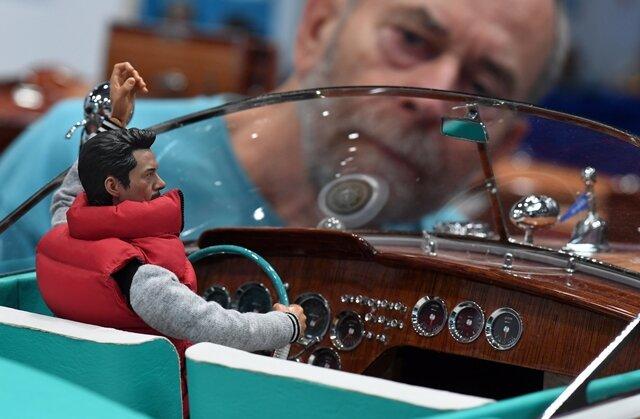 <p>Am Stand von Classicrunabouts aus Hamburg betrachtet Modellbauer Herbert Draeger ein aufwendig gestaltetes hölzernes Mini-Boot.</p>