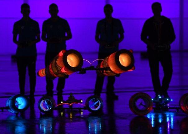 <p>Modellbauer zeigen ihre beleuchteten Flugmodelle. In Flugschauen präsentieren die Bastler auf der Messe nicht nur ihre ausgefeilten Mini-Nachbauten von Flugzeugen und Hubschraubern, sondern auch ihr fliegerisches Können.</p>