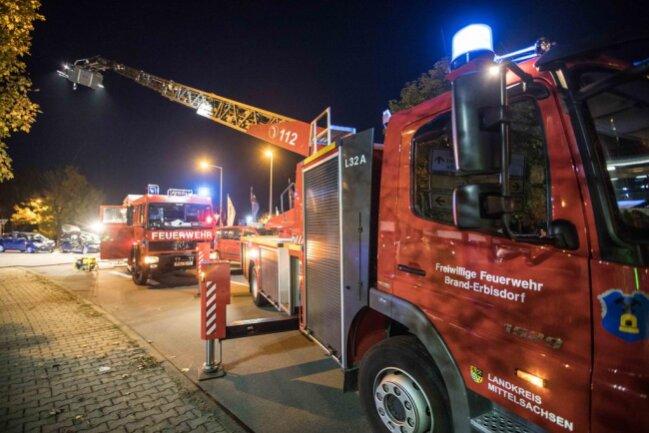 <p>Die 31-jährige Beifahrerin wurde im Audi eingeklemmt und musste von der Feuerwehr befreit werden. Sie wurde per Rettungshubschrauber schwerverletzt in ein Krankenhaus transportiert. Der Skoda-Fahrer wurde leicht verletzt.</p>