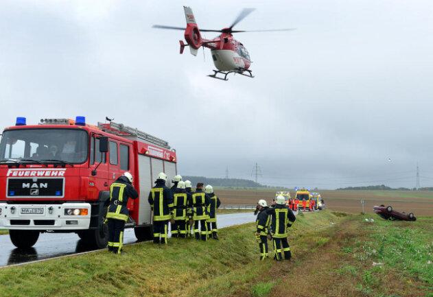 <p>Der Fahrer musste mit einem Rettungshubschrauber in ein Krankenhaus geflogen werden.</p>