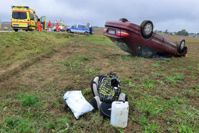 <p>Aus bisher noch ungeklärter Ursache kam das Auto in einer Rechtskurve ins Schleudern und nach links von der Fahrbahn ab.</p>