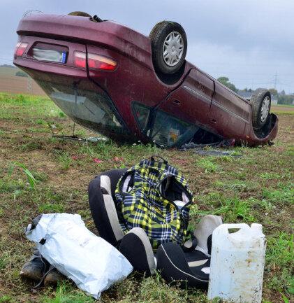 <p>Der Pkw überschlug sich und blieb auf dem angrenzendem Feld auf dem Dach liegen. Am Pkw entstand Totalschaden.</p>