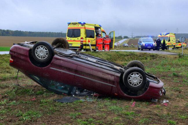 <p>Ein 27-Jähriger ist bei einem Unfall Sonntagvormittag auf der S 201 zwischen Mittweida und Rossau schwer verletzt worden. Eine mitfahrende Frau und zwei Kinder wurden leicht verletzt.</p>