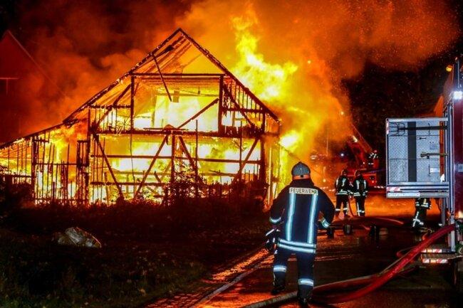 <p>Wie Einsatzleiter Arnd Weißflog berichtet, stand eine 20 mal 10 Meter große Scheune in Flammen. Noch vor Eintreffen der Feuerwehr konnten Nachbarn eine Anwohnerin aus dem angrenzenden Haus retten.</p>