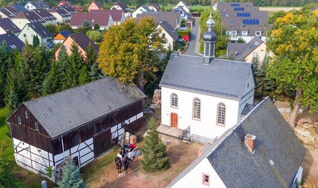<p>Das Gebäude, das dem Stil der Renaissance nachempfunden ist, haben sie auf ihrem Grundstück errichtet.</p>