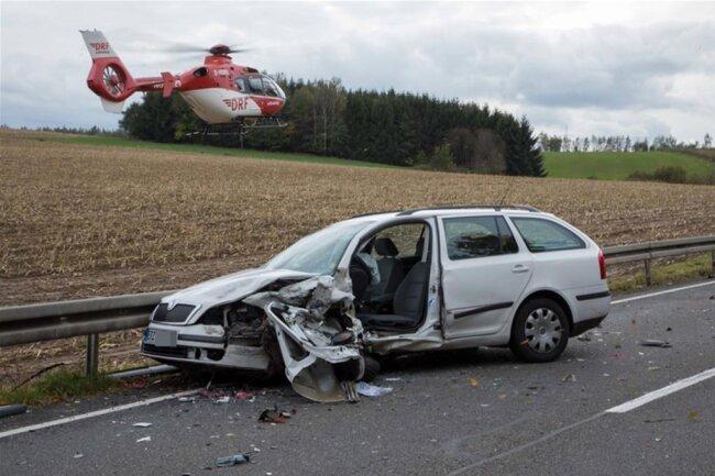 <p>Der Wagen prallte in die Leitplanke und wurde zurück in den Gegenverkehr geschleudert. Dort kam es zur Kollision mit einem Skoda.</p>