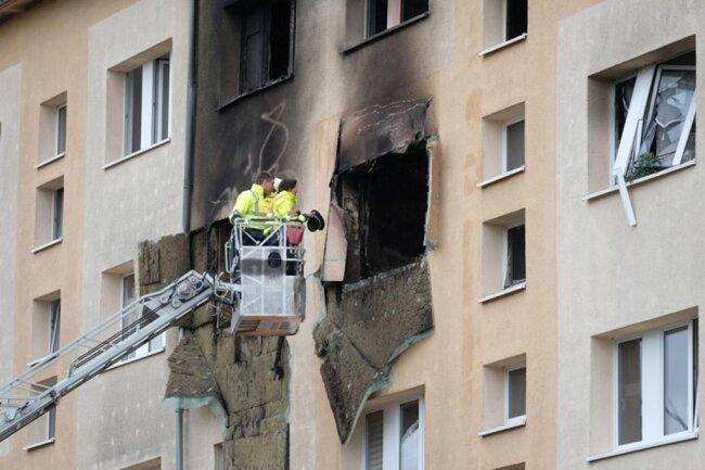 """<p>Die betroffene Wohnung im dritten Obergeschoss geriet am Samstag in Brand. Nach bisherigen Erkenntnissen gehen die Ermittler davon aus, """"dass es zur Verpuffung eines Gas-Luft-Gemischs kam, das sich auf bisher unbekannte Art und Weise entzündete"""", sagte ein Sprecher der Leipziger Polizei am Sonntag.</p>"""