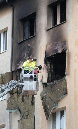 <p>In dem Wohnblock wurden drei Menschen verletzt: eine 38-Jährige, die direkt über der betroffenen Wohnung lebt, sprang in Panik von ihrem Balkon in der vierten Etage in die Tiefe. Sie wurde schwer verletzt.</p>