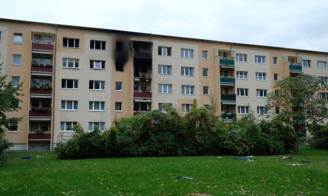 <p>Feuerwehr und Rettungskräfte brachten 21 Menschen in Sicherheit. Sie können vorerst nicht in ihr Zuhause zurück, das Gebäude ist stark beschädigt und muss laut Polizeiangaben erst statisch untersucht werden. Als Unterkunft stand auch ein Hotel zur Verfügung.</p>