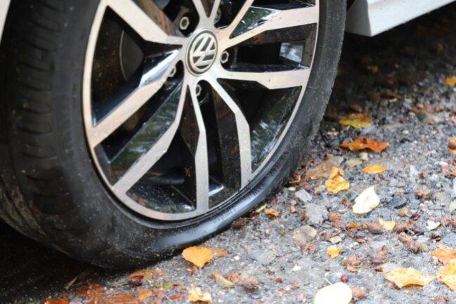 <p>Elf weitere Fälle zerstochener Reifen wurden im Bereich Barbarossastraße, Weststraße und Zietenstraße gemeldet.</p>