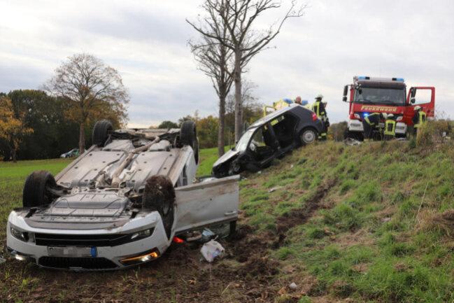 <p>Beide Autos wurden ins angrenzende Feld geschleudert, der Skoda überschlug sich dabei und blieb auf dem Dach liegen.</p>