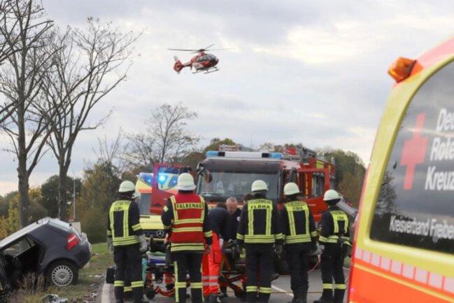 <p>Der 39-jährige Skoda-Fahrer und der 84-jährige Golf-Fahrer wurden schwer verletzt ins Krankenhaus gebracht. Der angeforderte Rettungshubschrauber konnte leer zurückfliegen, da die beiden Schwerverletzten transportfähig waren.</p>