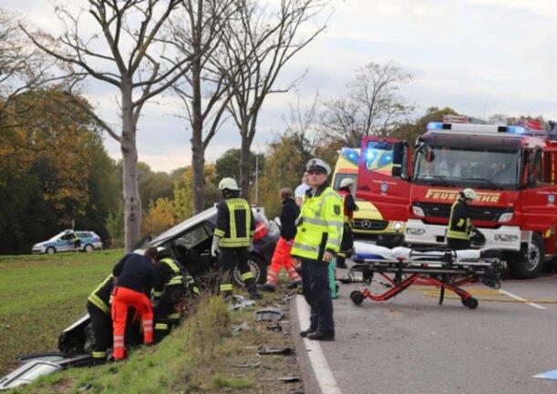 <p>Eine 18-jährige Beifahrerin im Skoda wurde leicht verletzt. An beiden Autos entstand nach Polizeiangaben Totalschaden in Höhe von insgesamt etwa 22.000 Euro.</p>