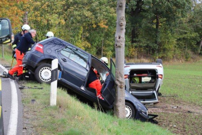 <p>Der 84-jährige Fahrer eines VW Golf war kurz vor 16 Uhr aus Richtung Oederan kommend nahe dem Abzweig Dorfstraße in einer leichten Kurve aus noch ungeklärter Ursache auf die Gegenfahrbahn geraten und mit einem entgegenkommenden Skoda zusammengeprallt.</p>