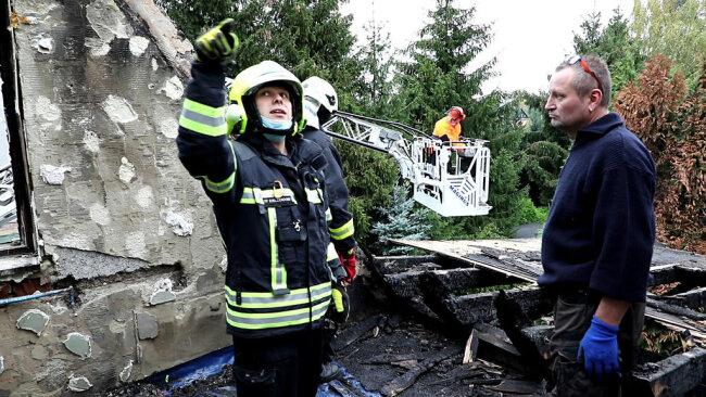 """<p>""""Wir sind den Feuerwehren sehr dankbar. Allein hätten wir das nicht geschafft"""", sagt Hausbesitzer Mike Mühlpfort (r.). Seit dem Brand können er, seine Lebensgefährtin und ihr dreijähriger Sohn nicht mehr in dem Haus wohnen.</p>"""