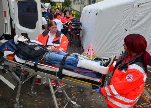 <p>Abtransport der Verletzten je nach Schädigung.</p>
