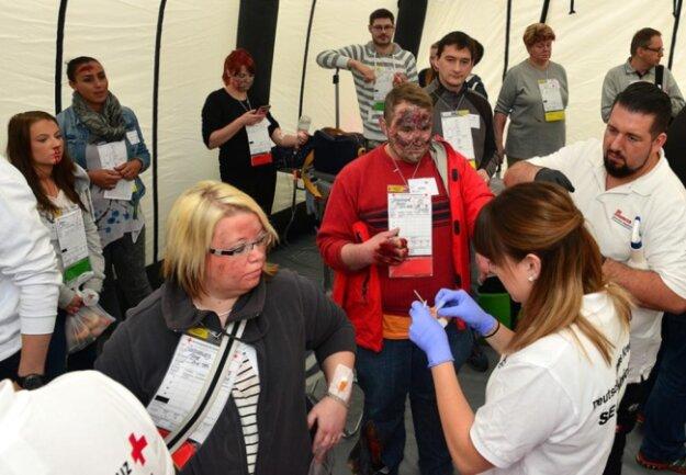<p>Einteilung der Verletzten im Sanitätszelt.</p>