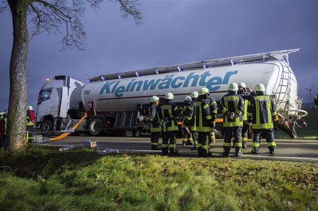 <p>Nach ersten Erkenntnissen der Polizei rutschte ein Lkw gegen 16.30 Uhr auf der S 225 (Lauterbacher Straße) in einen Graben und drohte umzukippen, nachdem der Fahrer einem Traktor ausgewichen war.</p>