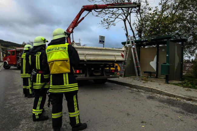 <p>Im Zschorlauer Ortsteil Albernau fiel ein großer Ast auf eine Bushaltestelle. Ein ortsansässiger Bauunternehmer half der Feuerwehr mit einem Kran, den Ast von der Haltestelle zu heben.</p>