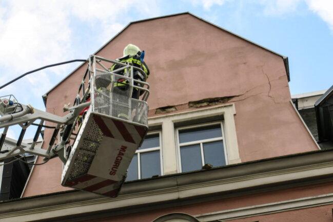 <p>Auf der Schneeberger Straße in Aue drohte der Giebel eines Hauses abzustürzen. Das Bauamt sowie der Hauseigentümer wurden zum Haus gerufen und das gesamte Haus wurde evakuiert.</p>