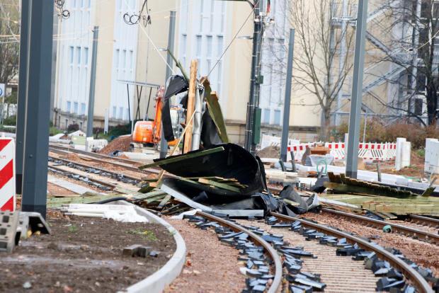 <p>Aufgrund des Sturms hat der Chemnitzer Verkehrsbetrieb CVAG am Sonntag vorsorglich den Straßenbahnverkehr eingestellt. Es bestehe die Gefahr, dass durch herabfallende Äste die Gleise blockiert oder beschädigt werden.</p>