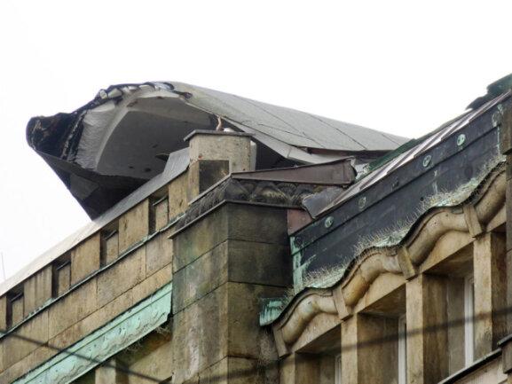 <p>Am Kulturhaus Weltecho an der Annabergerstraße in Chemnitz hat der Sturm das Dach abgedeckt. Da Teile drohen, auf die Straße zu wehen, wurde sie vorsorglich gesperrt.</p>