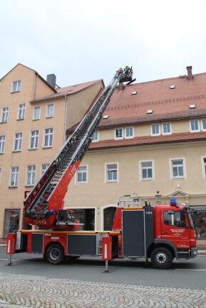 <p>Die Oederaner Feuerwehr wurde zu einem Haus am Markt gerufen. Dort hatten sich Laufbretter auf dem Dach eines Hauses gelöst. Laut Marco Schaffarschick (Pressesprecher der Oederaner Wehr) gab es bis 13 Uhr acht Einsätze aufgrund von Sturmschäden in Oederan und den Ortsteilen.</p>
