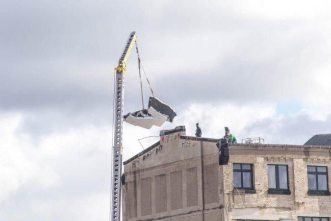 <p>Am Montag wurden die losen Teile per Kran vom Dach des Weltechos entfernt.</p>