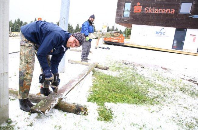 <p>Patrick Burkhardt, Koordinator Olympiastützpunkt Oberwiesenthal, und Mitarbeiter Enrico Anfelder beim Beseitigen der Schäden.</p>