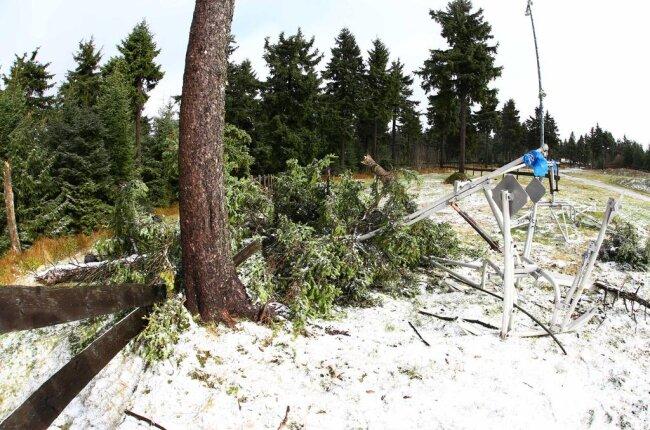 <p>Der Stum am Wochenende hatte dazu geführt, dass dort eine Schneemaschine beschädigt wurde. Ein Baum war auf den Schneeerzeuger gestürzt.</p>