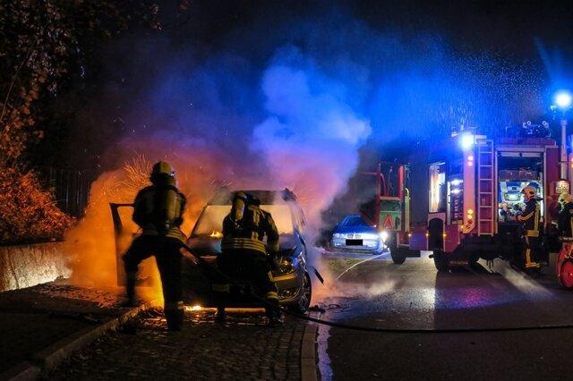 <p>Ein Skoda ist in der Nacht zu Dienstag auf der Auerhammer Straße in Flammen aufgegangen.</p>