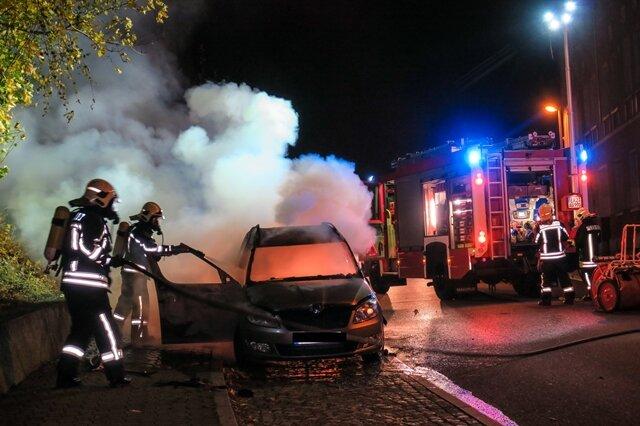 <p>Mit einem Schnellangriffschlauch versuchte die Feuerwehr den Pkw zu löschen.</p>