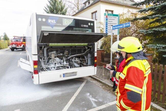 <p>Ein Autofahrer hatte den Brand bemerkt und machte den Busfahrer darauf aufmerksam.</p>