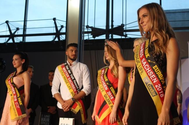<p>Die neue Miss Sachsen ist Abiturientin aus Leipzig. Die 19-Jährige interessiert sich für Hunde, Shopping und Partys. Der neue Mister Sachsen ist 22 Jahre alt und Polizist. Zu seinen Hobbys zählen Fußball und Fitness.</p>