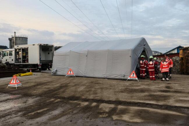 <p>Parallel zu den Arbeiten von Einsatzkräften der Feuerwehr und des THW wurde der Patient vom DRK mit Sauerstoff versorgt.</p>
