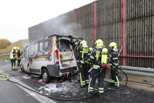 <p>Die Feuerwehr Chemnitz war bis Mittag noch zum Löschen im Einsatz.</p>