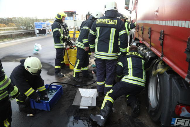 <p>Die alarmierteFreiwillige Feuerwehr Nossen pumpte den restlichen Diesel aus dem beschädigten Tank ab und verhinderte, dass sich der ausgelaufene Kraftstoff weiter auf der Fahrbahn ausbreitete. Verletzt wurde bei dem Unfall niemand.</p>
