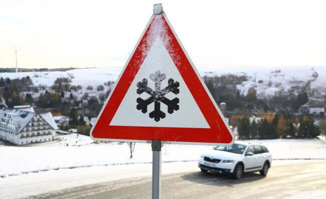 """<p xmlns:php=""""http://php.net/xsl"""">Bis zum Montagmorgen könnten in den Kammlagen bis zu 15 Zentimeter Schnee fallen, sagte ein Meteorologe des Deutschen Wetterdienstes am Sonntag in Leipzig voraus.</p>"""
