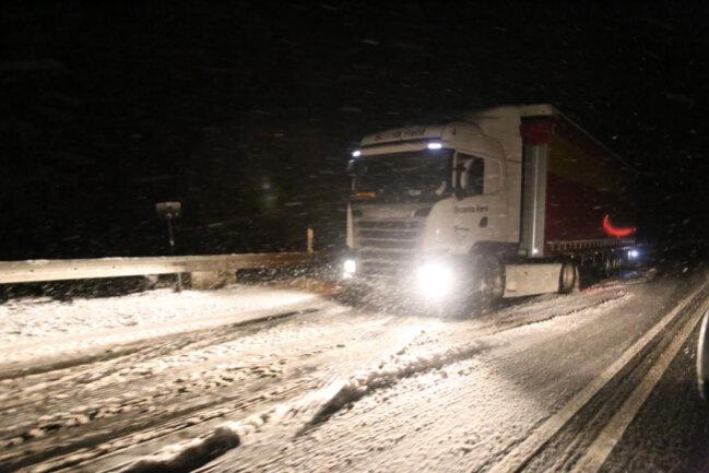 <p>Auf der B174 zwischen Reitzenhain und Marienberg wurden Lkw-Fahrer nach 22 Uhr kalt erwischt. Sie standen quer, die Räder drehten durch.</p>