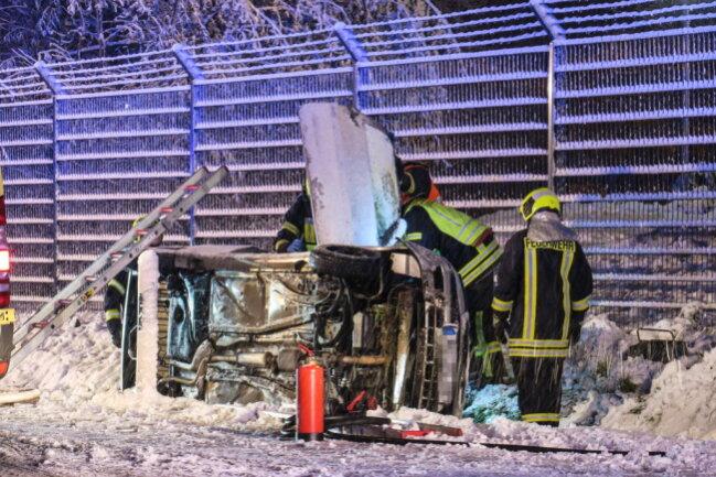 <p>Der Fahrer wurde von der Feuerwehr über die oben liegenden Beifahrertür befreit und dem Rettungsdienst übergeben.</p>