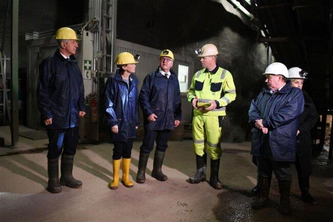 <p>Sachsens Ministerpräsident Stanislaw Tillich (CDU, links), Elke Büdenbender, Bundespräsident Frank-Walter Steinmeier und der Grubenleiter Martin Zimmermann in der Grube Niederschlag in Oberwiesenthal.</p>