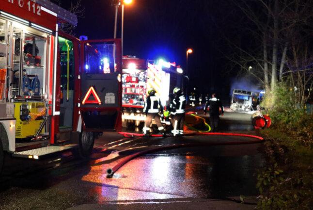 <p>Der Fahrer alarmierter die Feuerwehr und versuchte in der zwischenzeit, das Feuer mit dem Feuerlöscher löschen.</p>