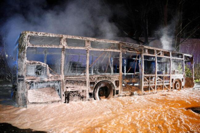 <p>Der Bus geriet trotzdem in Vollbrand und brannte völlig aus. Es wurden keine Personen verletzt. Laut Polizei wurde als Unfallursache ein technischer Defekt festgestellt. Der Sachschaden beläuft sich auf 500.000 Euro.</p>
