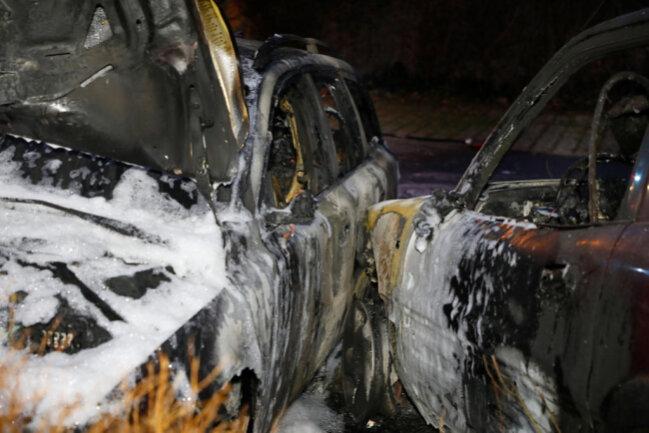 <p>Beide Fahrzeuge brannten vollständig aus. Die Ermittlungen zur Brandursache dauern an.</p>