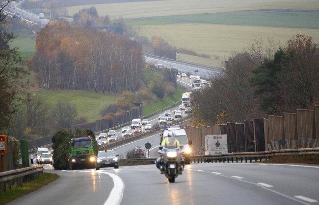 <p>Der fünf Tonnen schwere Baum wurde gegen 8.30 Uhr geschlagen und über die Autobahn-Auffahrt Reichenbach nach Chemnitz gebracht.</p>