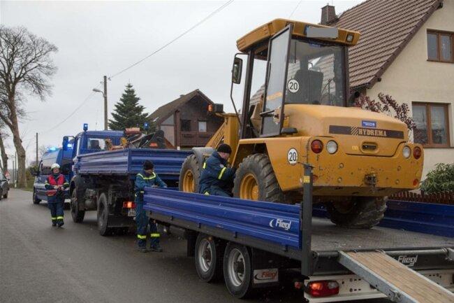 <p>Gegen 10 Uhr wurde das Technische Hilfswerk hinzugerufen, das mit fünf Einsatzkräften und einem Radlader bei den Bergungsarbeiten half.</p>