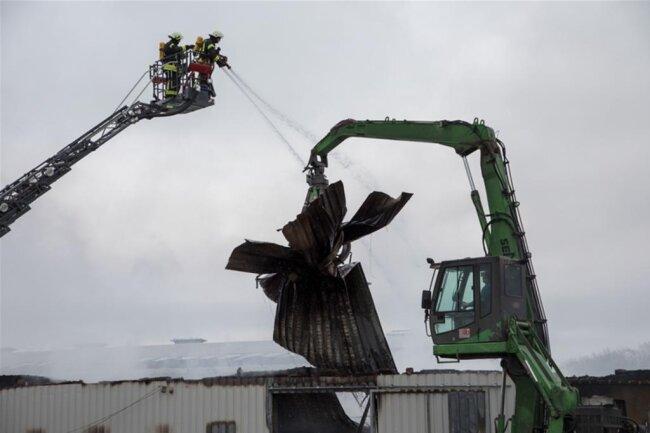 <p>Mehrere Stunden brauchten die Kameraden der Feuerwehr, um den Brand zu löschen.</p>