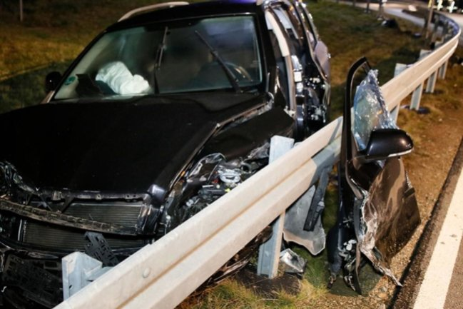 <p>Nach ersten Erkenntnissen der Polizei missachtete ein 73-jähriger Honda-Fahrer kurz vor 16 Uhr Vorfahrtsregeln an der Kreuzung und kollidierte mit dem Skoda eines 59-Jährigen.</p>