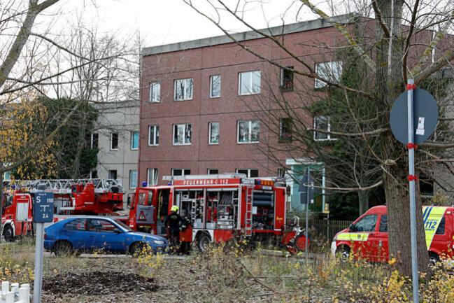 <p>Ersten Informationen zufolge kam es gegen 9.45 Uhr in einem Kabelkanal in der Küche zu einem Schwelbrand.</p>