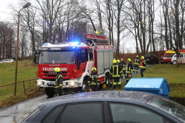 <p>Das Wasser war laut Feuerwehr über Nacht aus der Wasserleitung im Obergeschoss ausgetreten. Die genaue Ursache ist noch unklar.</p>
